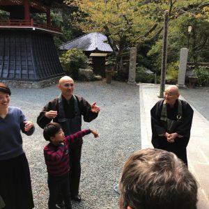 Hōitsu Suzuki mit seiner Frau, seinem Sohn Shungo Suzuki, dessen Frau und ihren Kindern. Hōitsu ist Abt und leitet mit seinem Sohn den Tempel seines Vaters Shunryu Suzuki.