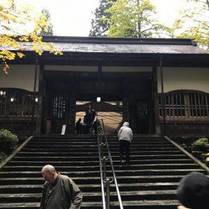 """Eihei-ji ist eines der beiden Hauptklöster in der Linie des Sōtō-Zen und wurde 1243 von Dōgen in der damaligen Provinz Echizen, der heutigen Präfektur Fukui, gegründet. Der Bau der ersten Anlage wurde 1244 beendet und firmierte unter dem Namen Daibutsu-ji (大仏寺; dt. etwa """"Tempel des großen Buddha""""). 1246 wurde die Anlage dann in Eihei-ji umbenannt, zugleich der Name der Gemeinde (Eiheiji (Fukui)) in dessen Bereich der Tempel gegenwärtig seinen Sitz hat."""